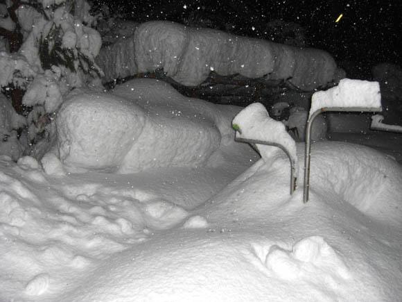 大雪に埋まる物干し竿