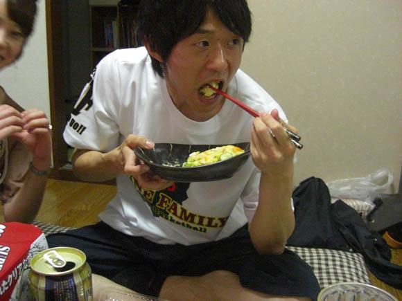 いそっちのポテサラを食べるミスター