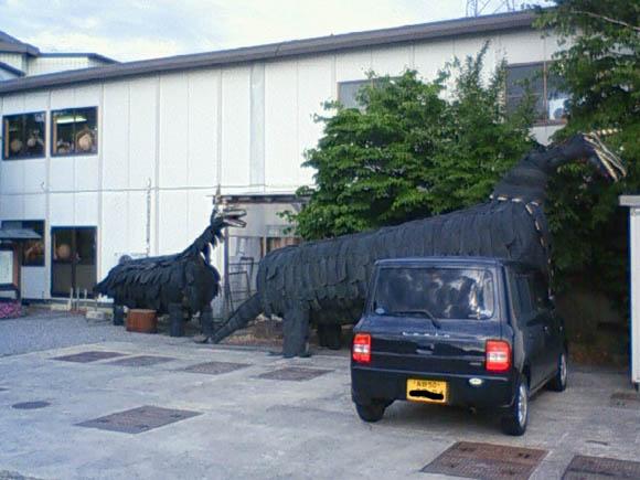 タイヤで作られた恐竜