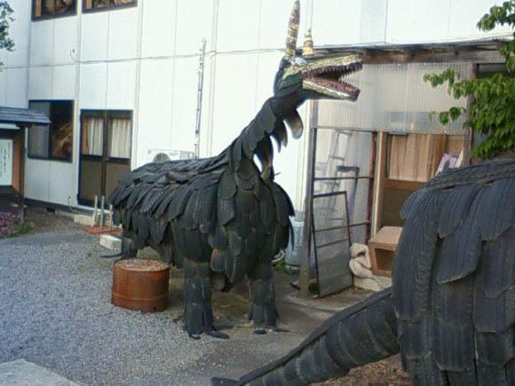 タイヤで作られた恐竜の小さい方