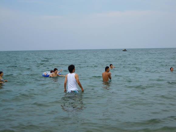 海に入るみなさん