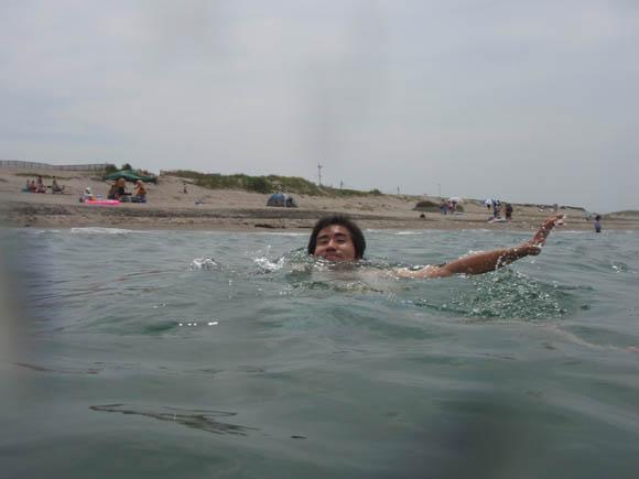 溺れるトマ