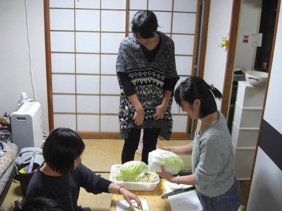 食材を切る女性陣