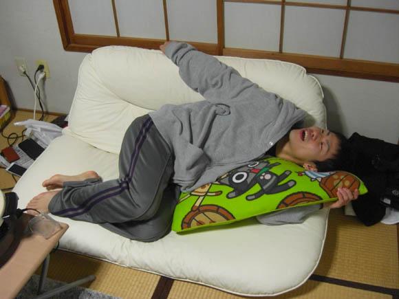 ソファーに寝そべるヤマザキ