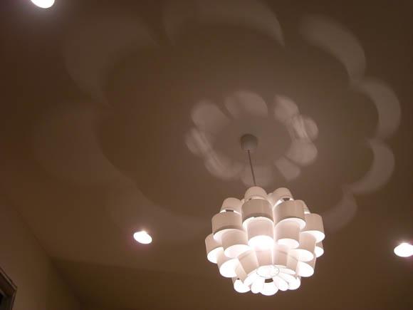 天井に映り込む光