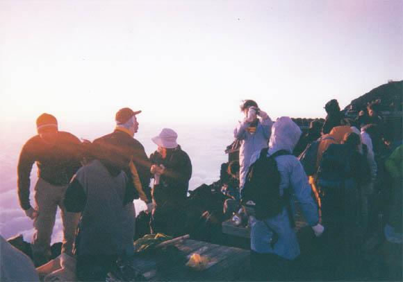山頂での人々の様子