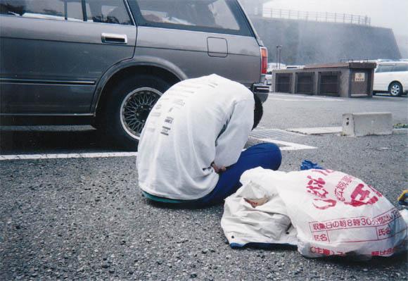 駐車場で眠るニセムラカワ