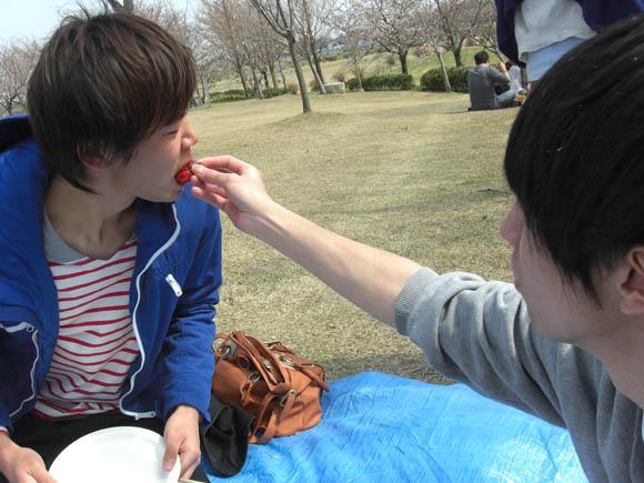 いちごを食べるミト