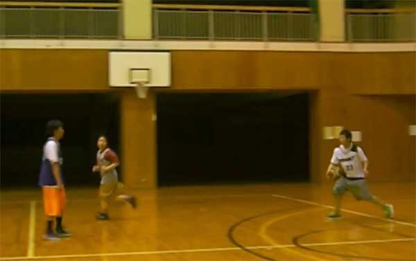 ボールをキャッチしようとするエーハラ